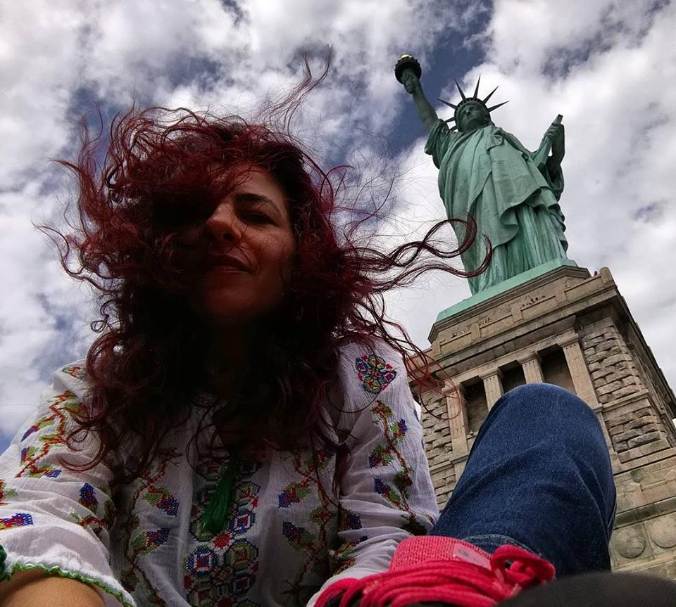 Selfie in ie romaneasca langa Statuia Libertatii la New York